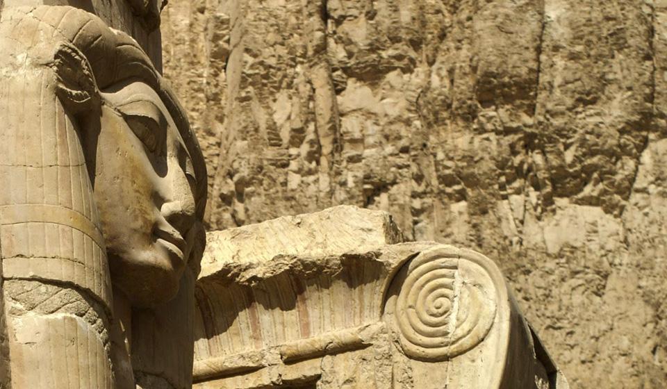 Capitel hathorico en el Templo de Hatshepsut, orilla occidental de Luxor, Egipto - Viajes Ikertanoa