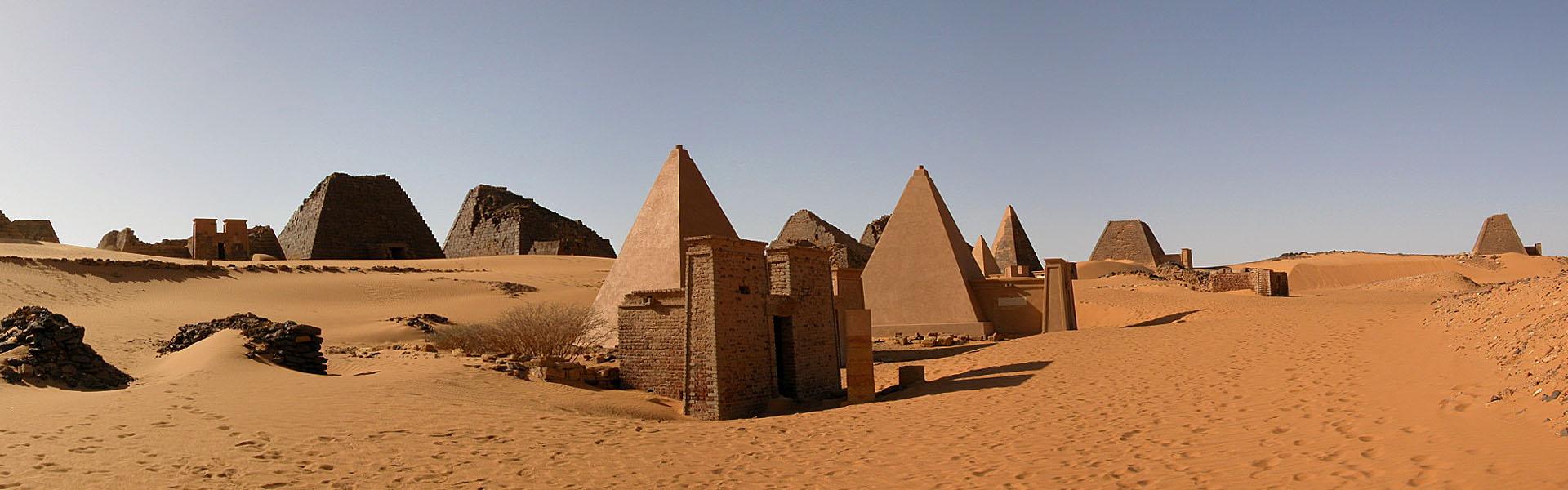 Viajes a África con Viajes Ikertanoa, todo el asesoramiento y la información necesaria para viajar independiente y diferente. Fotografía de Sudán, Pirámides de Meroe.