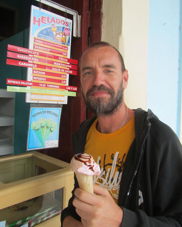 Tomando un helado de paseo por La Habana