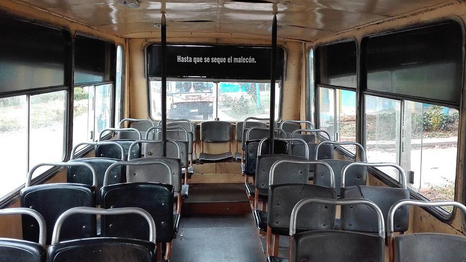 Autobús escolar en Viñales