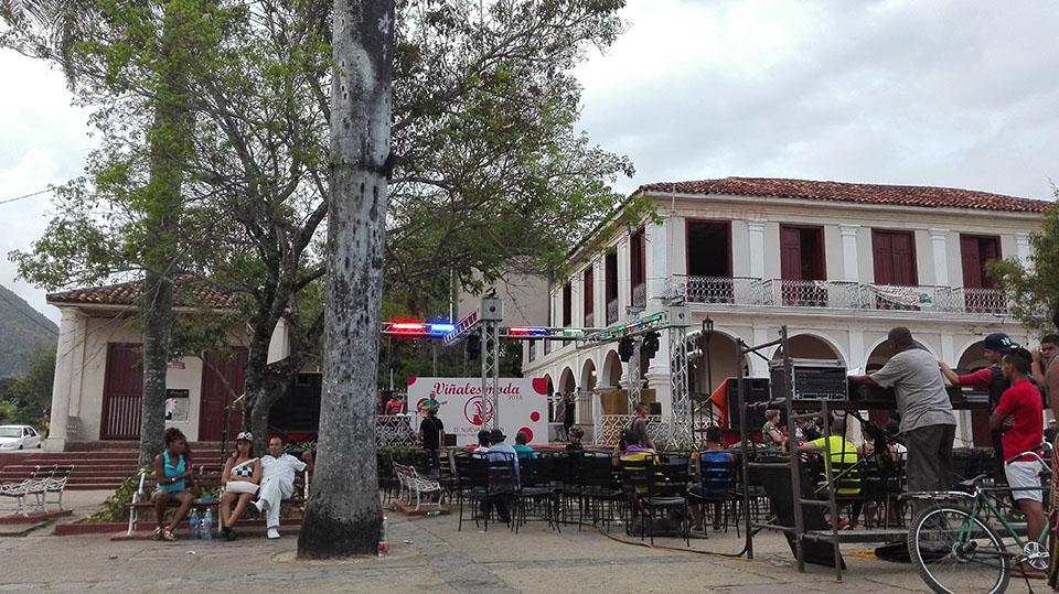 Desfile en la plaza del pueblo de Viñales