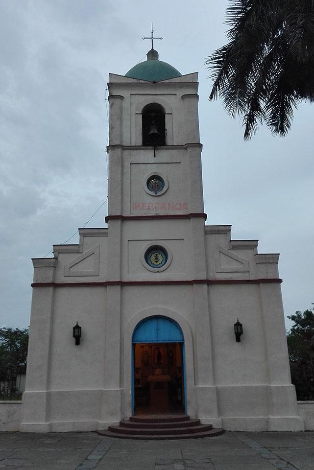 La iglesia de la plaza del pueblo en Viñales