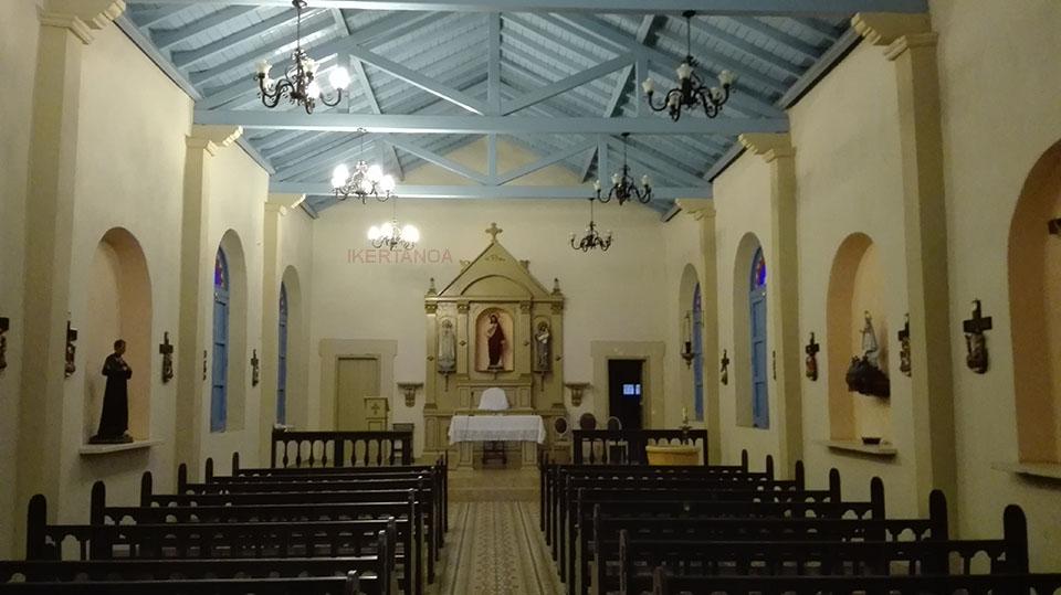 El interior de la iglesia del pueblo en Viñales