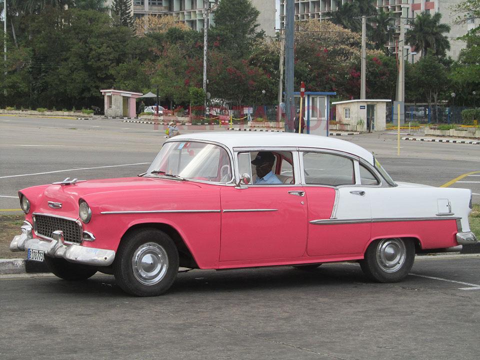 Taxi en la plaza de la revolución