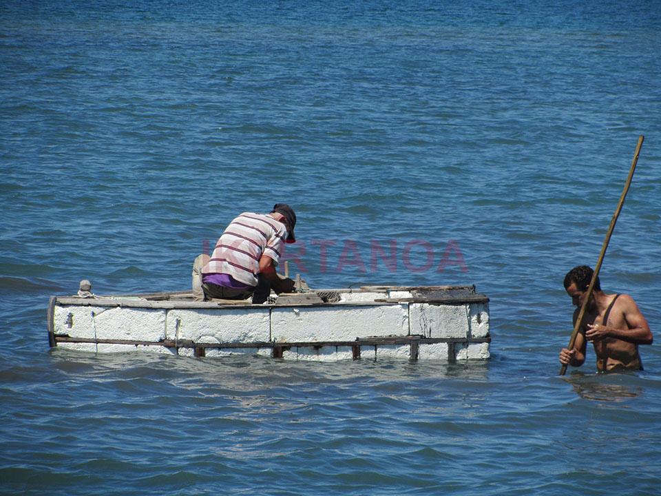 Pescando en una balsa hecha con corchos en Cienfuegos