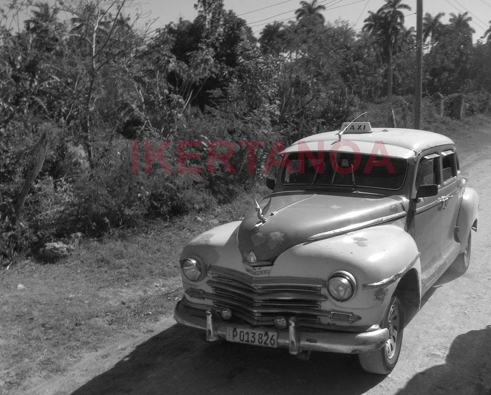 Taxi clásico desafiando los caminos de tierra
