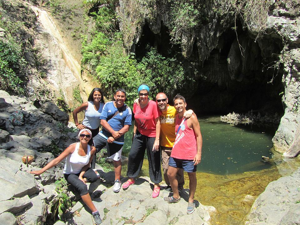 Amigos en la cascada del Valle de los Ingenios.