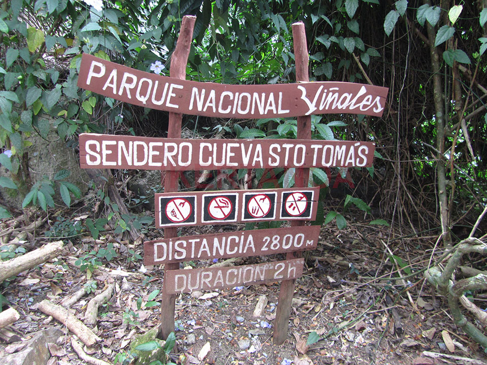 Cartel de entrada a la Cueva de Santo Tomás