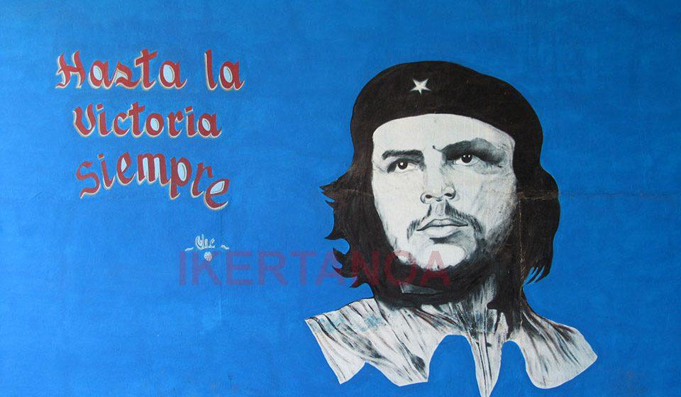 Mural de el Ché Guevara, Cuba - Viajes Ikertanoa