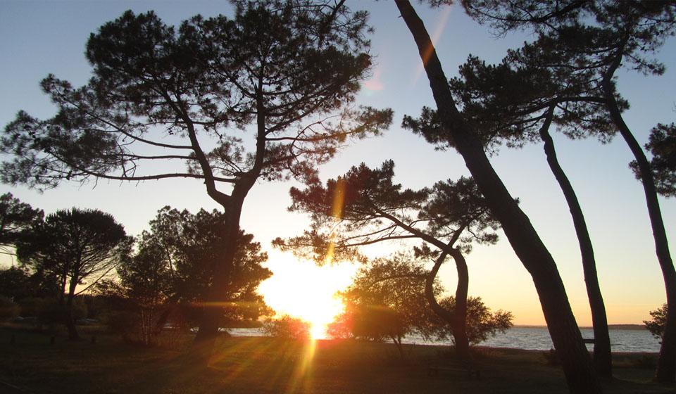 Puesta de sol en una de las playas de Sanguinet en Las Landas al sur de Francia