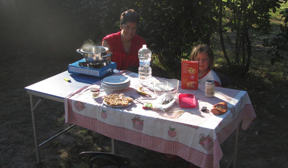 Comiendo el el camping Les Grands Pins en Sanguinet, Las Landas, al sur de Francia