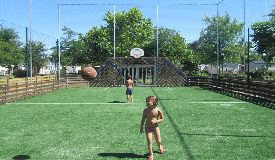 Zona de juegos en el camping Les Grands Pins en Las Landas al sur de Francia