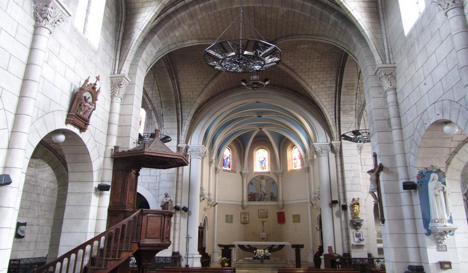 El interior de la iglesia de Sanguinet en Las Landas en el sur de Francia