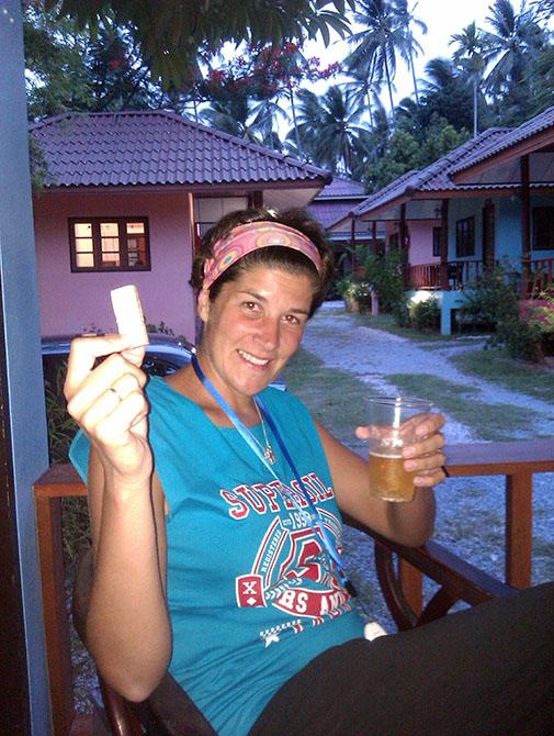 Tomando una cerveza en Surat Thani, Viajes a Tailandia con Viajes Ikertanoa