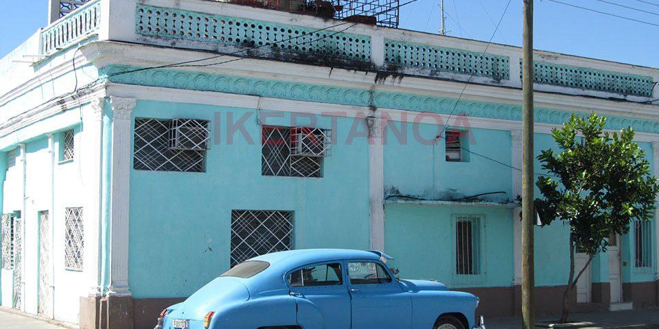 Edificio colorido en cienfuego, Cuba - Viajes Ikertanoa