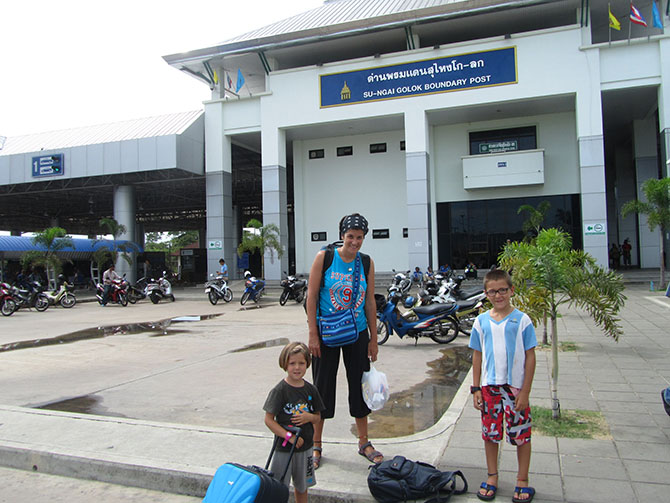 Frontera Tailandia – Malasia con los peques en nuestros viajes a Tailandia con Viajes Ikertanoa