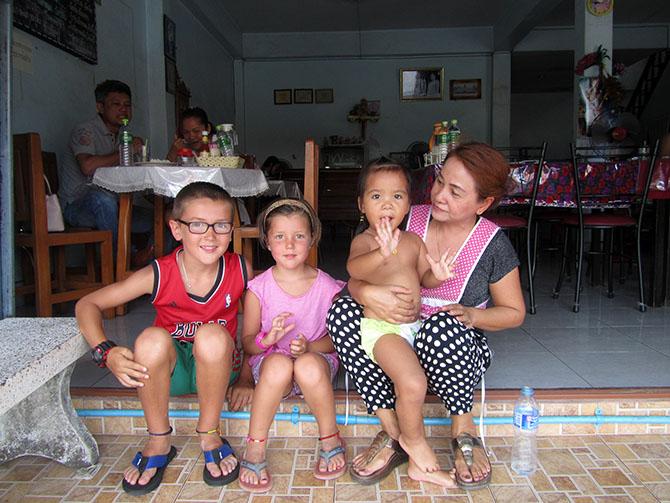 Niños jugando en Khanom, Viajes a Tailandia con Viajes Ikertanoa