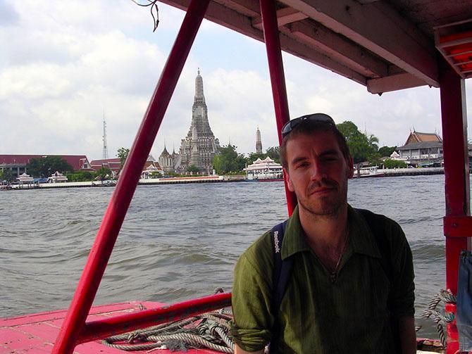 Cruzando el río Chao Praya hacia Wat Arum. Viajes a Bangkok, Tailandia con Viajes Ikertanoa.