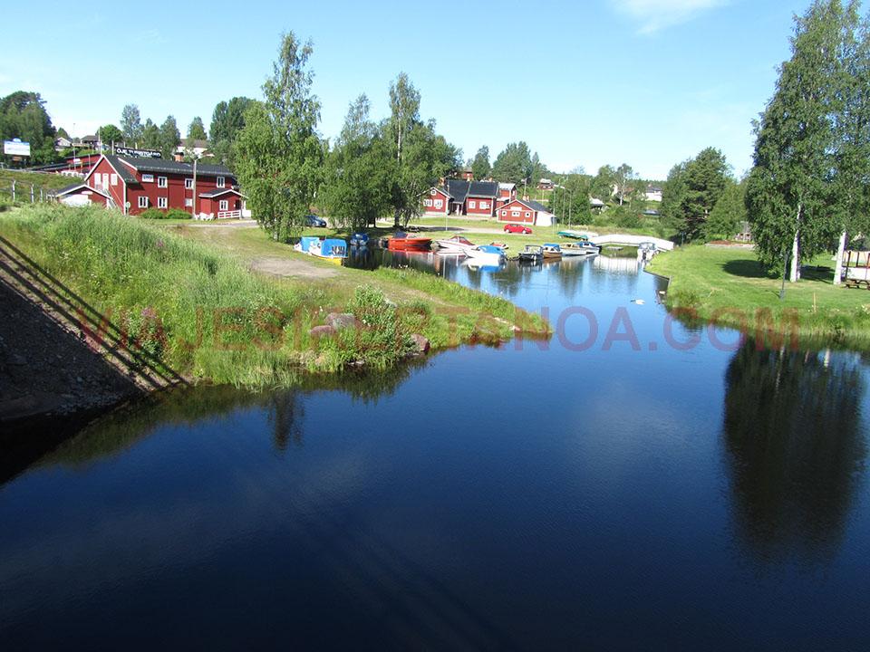 Casitas típicas de Suecia al lado del lago.