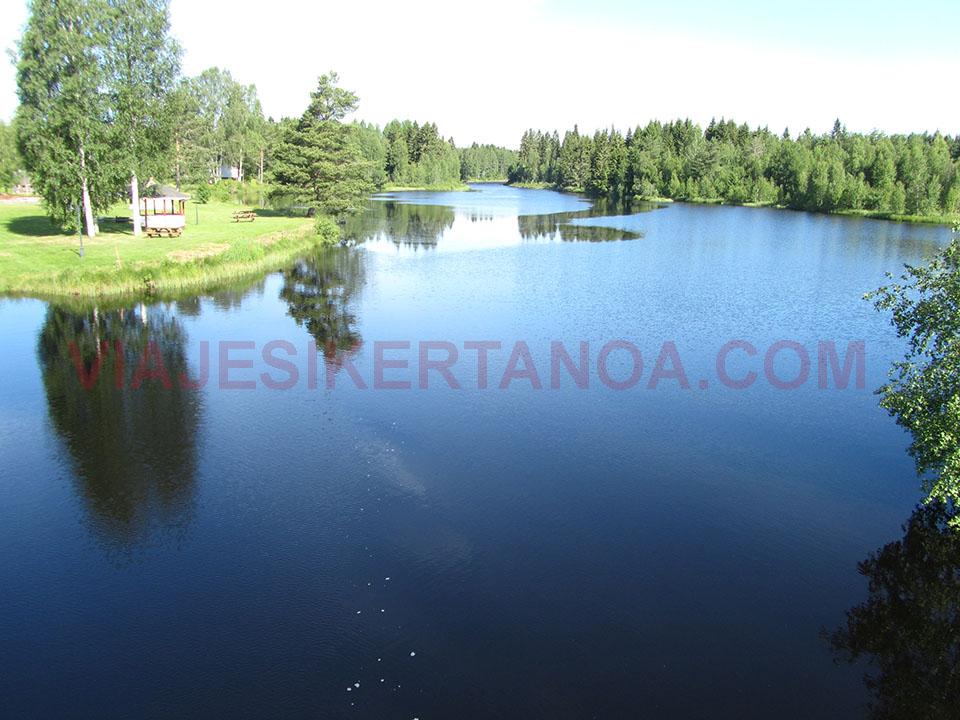 Lago cristalino de camino a Mora en Suecia.