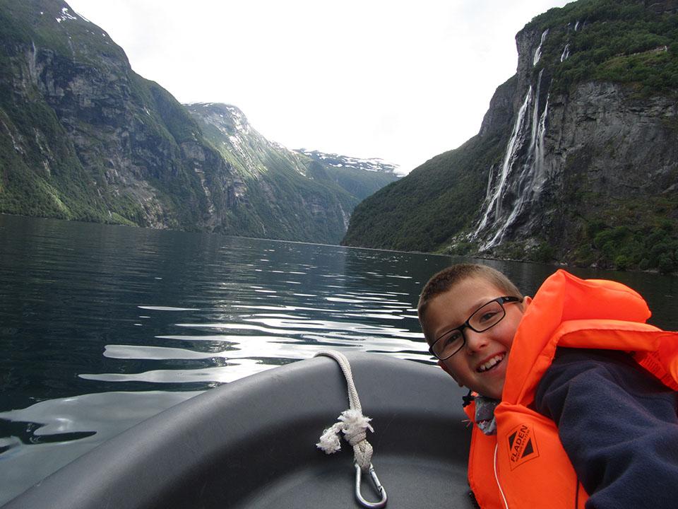 Lancha por el fiordo Geiranger en Noruega.