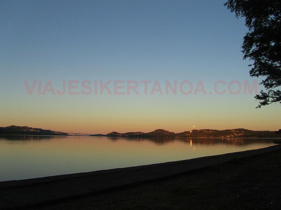 Amanecer en la playa de Kristiansand en Noruega.