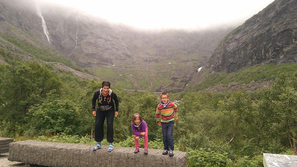 Antes de empezar a subir la carretera del troll (trollstigen) en Noruega.