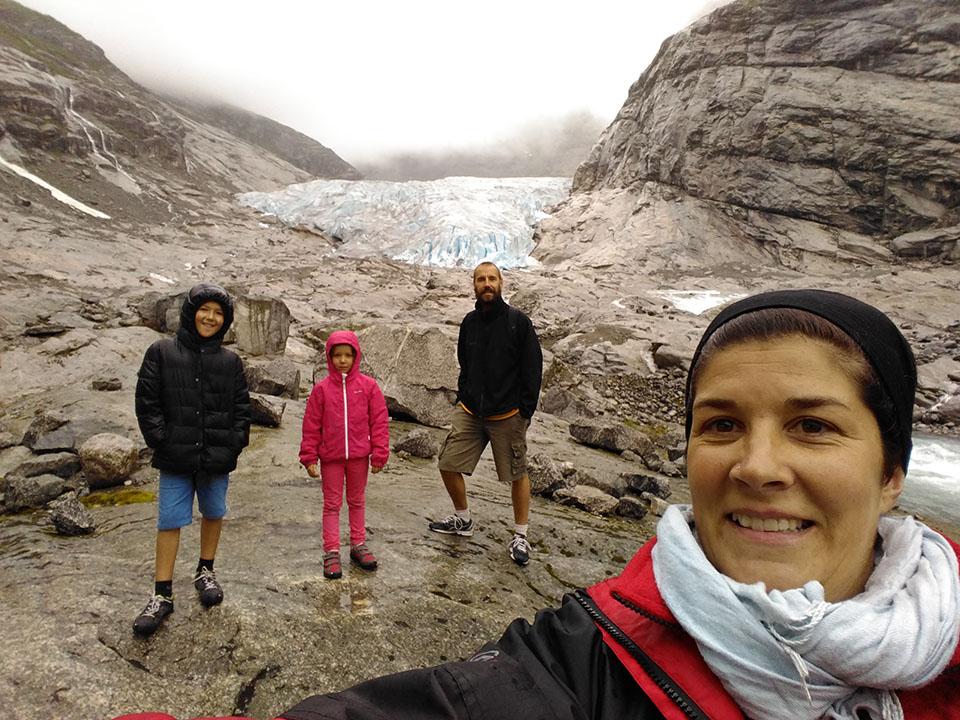 Autofoto con el glaciar Nigardsbreen en Noruega de fondo.