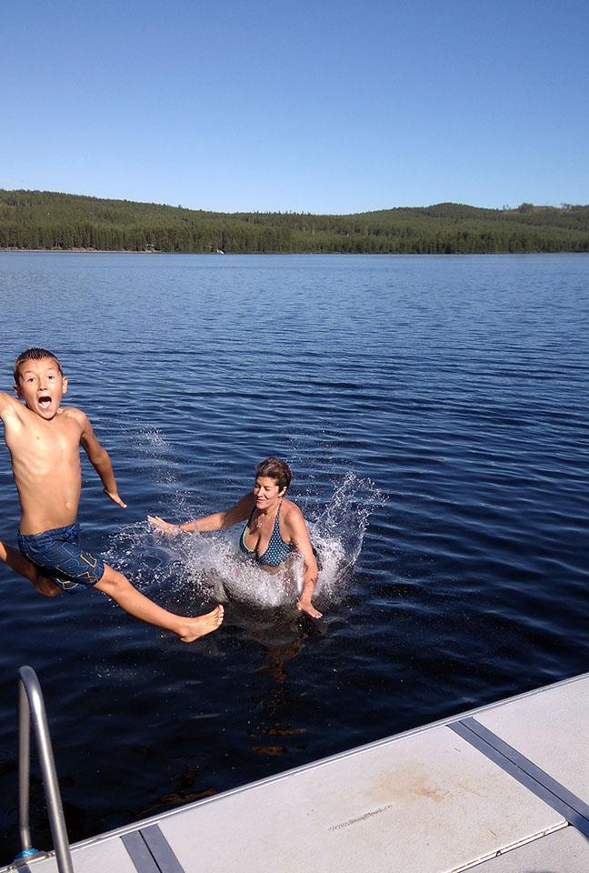 Baño en el lago del camping en jokkmokk, Suecia.