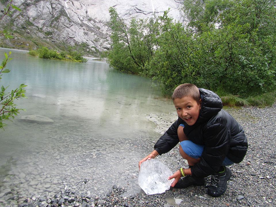Cachos de hielo que se desprenden del glaciar Nigardsbreen en Noruega.