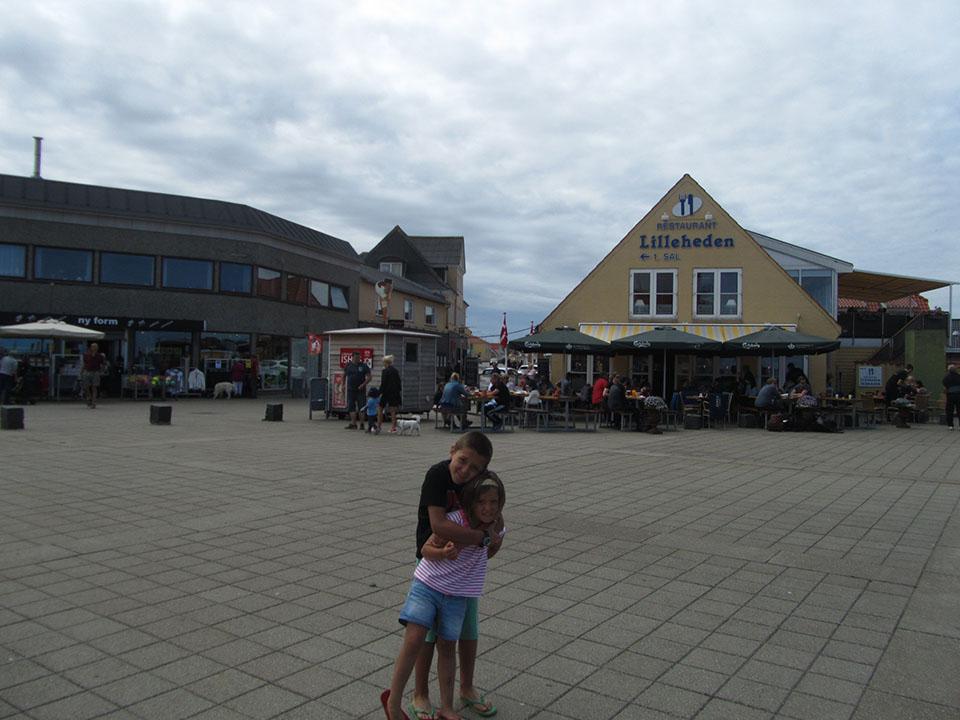 Cafeterias al lado del puerto en Hirtshals, Dinamarca.