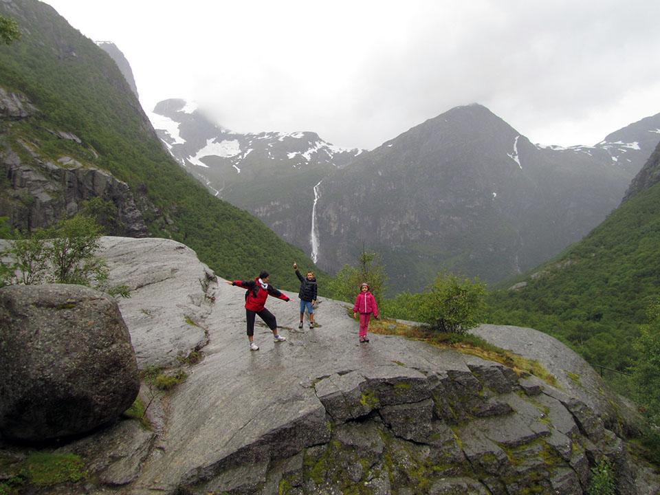 Camino de acceso al glaciar Briksdalsbreen en Noruega.