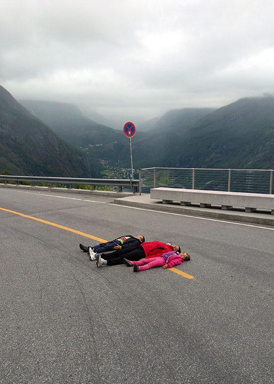 La carretera llena de curvas que lleva al pueblo de Geiranger en Noruega.