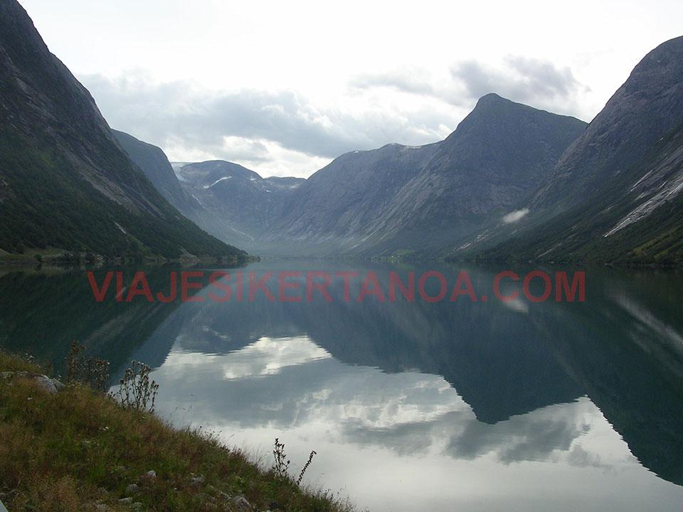 La carretera que rodea el glaciar Jostedalsbreen en Noruega.