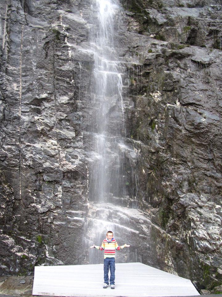 Cascada al lado del mirador de Ornesvingen en el fiordo Geiranger en Noruega.