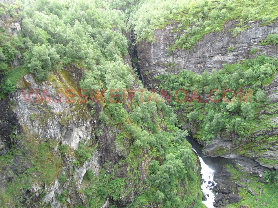 Cascada al lado contrario del fiordo Geiranger cuya agua se une con la del mar en Noruega.