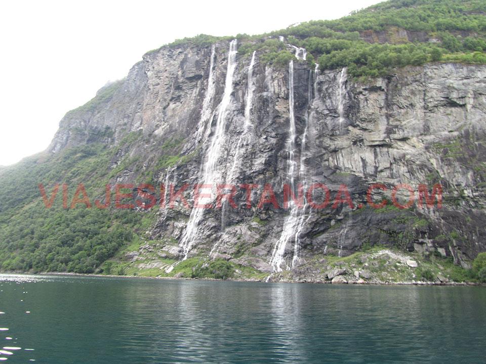 Cascada de las siete hermanas en el fiordo Geiranger en Noruega.