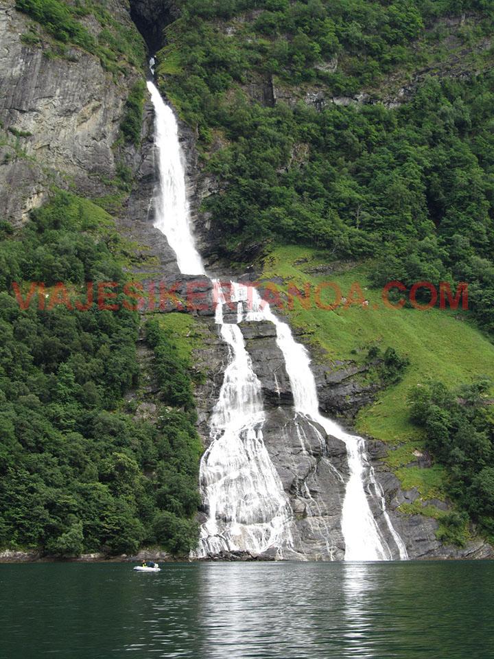 Cascada el pretendiente en el fiordo Geiranger en Noruega.