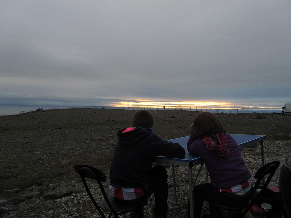Cenando en la calle, con las vistas del acantilado de Cabo Norte al fondo. Noruega.
