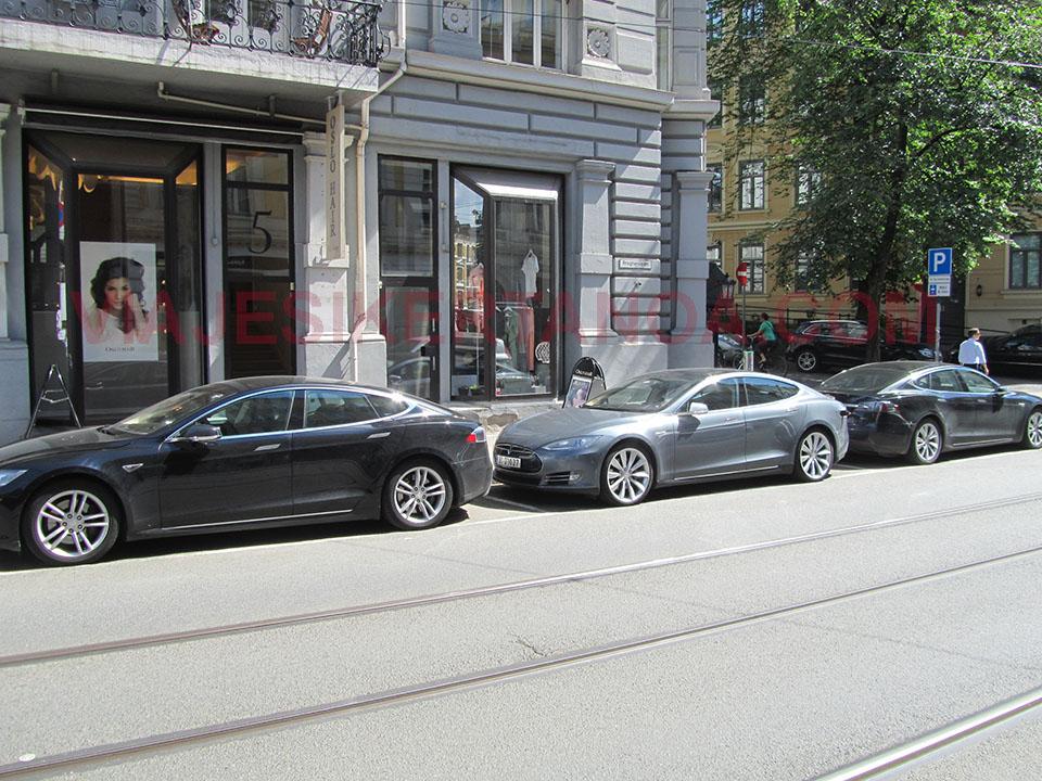 Coches de la marca Tesla en Oslo, Noruega.