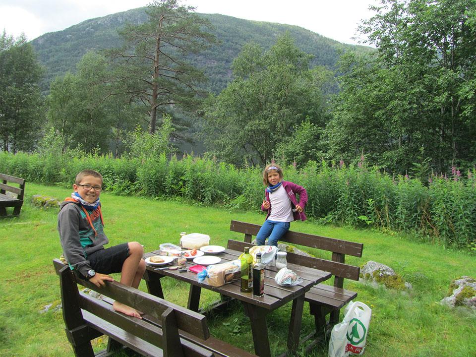 Comiendo al lado del fiordo Sorfjorden en Noruega.