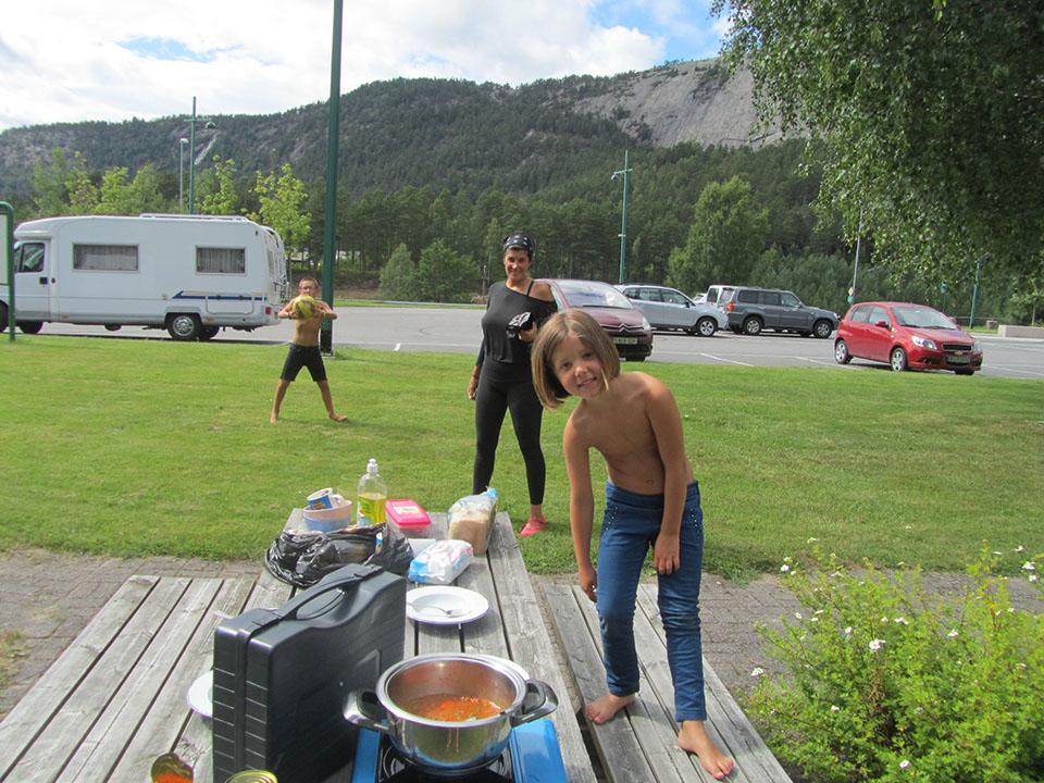 Comiendo en un pueblo dirección Kristiansand en Noruega.