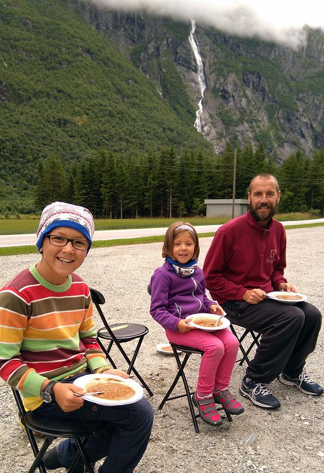 Comiendo enfrente del Trollveggen en el valle de Romsdal en Noruega.