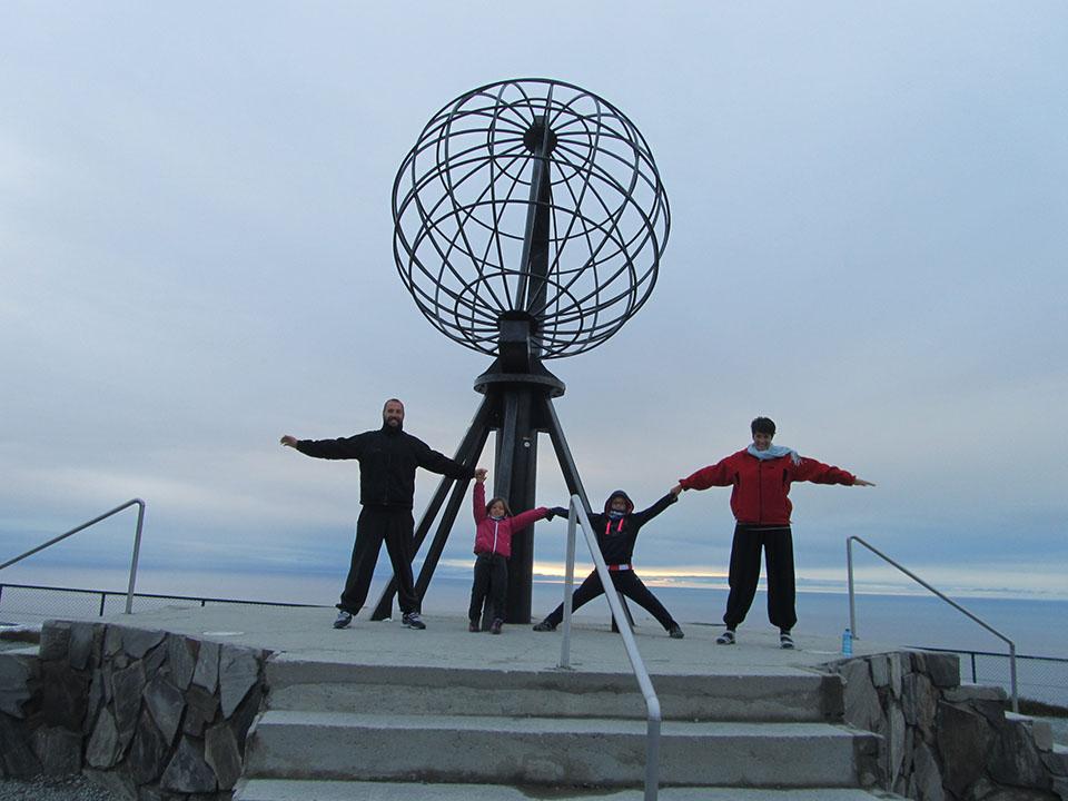 Con la bola del mundo en Cabo Norte, Noruega.