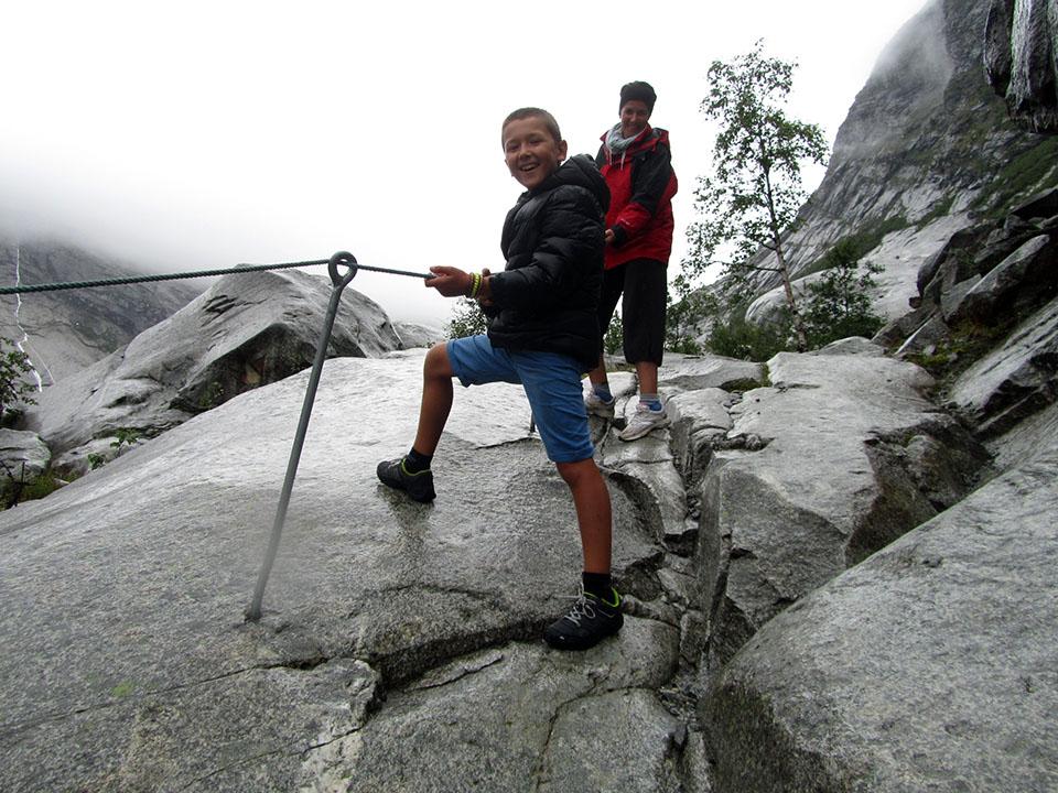 Cuerdas para acceder al glaciar Nigardsbreen en Noruega.