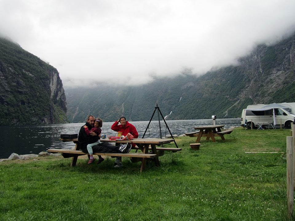 Desayuno al lado del fiordo Geiranger en Noruega.