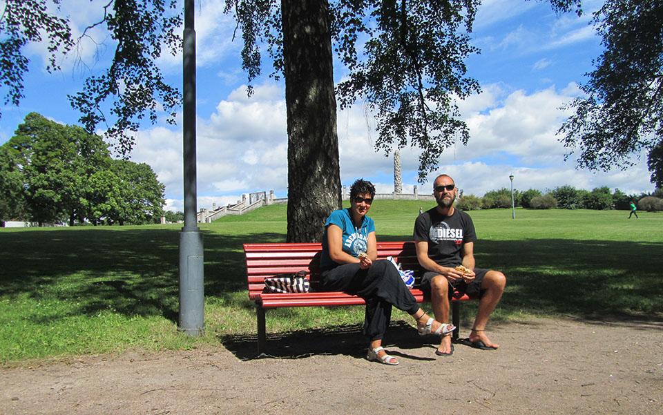 Descansando en el parque Vigeland en Oslo, Noruega.