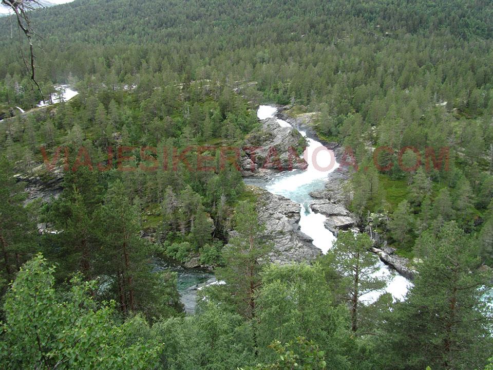 Cascadas a lo largo de la carretera E-136 de Dombas a Andalnes en Noruega.