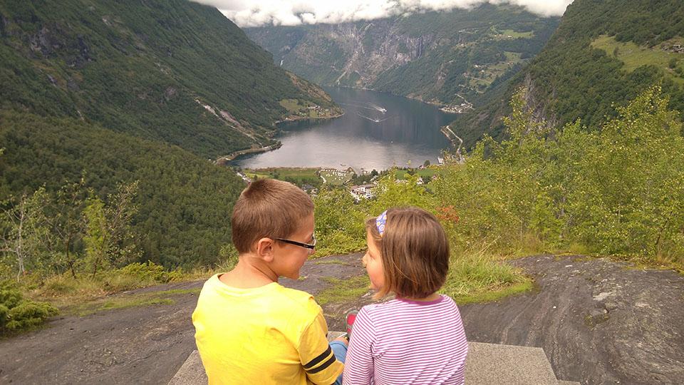 Disfrutando del fiordo Geiranger desde el mirador de Flydalsjuvet en Noruega.