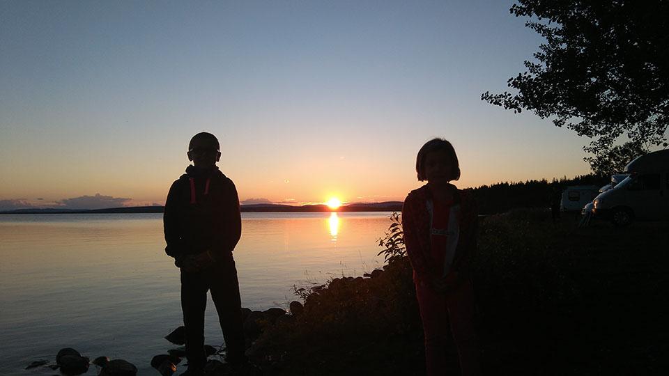 Disfrutando del sol de medianoche en Jokkmokk, Suecia.